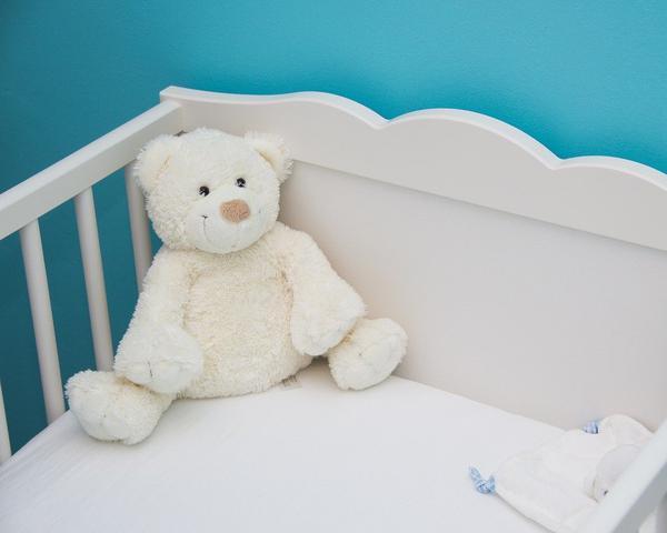 Ciekawe akcesoria do białych łóżeczek dziecięcych