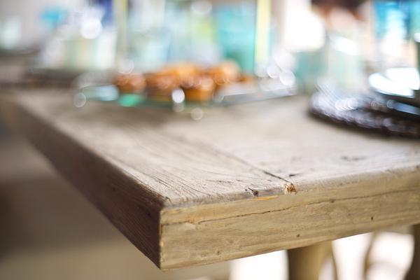 Industrialny stół wykonany z postarzanego drewna